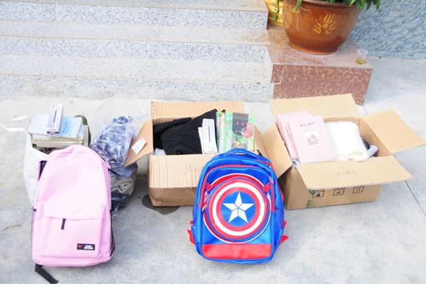 为三宝村3位困难学生送去衣物和书籍