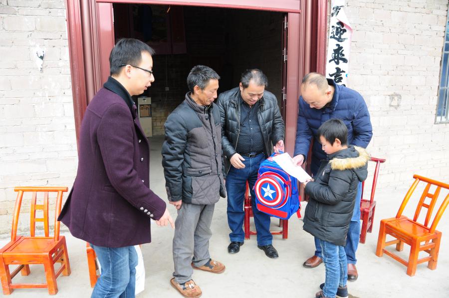 工作队为三宝村2组贫困户杜光运之子(杜南京)送去1500元救助金及慰问品