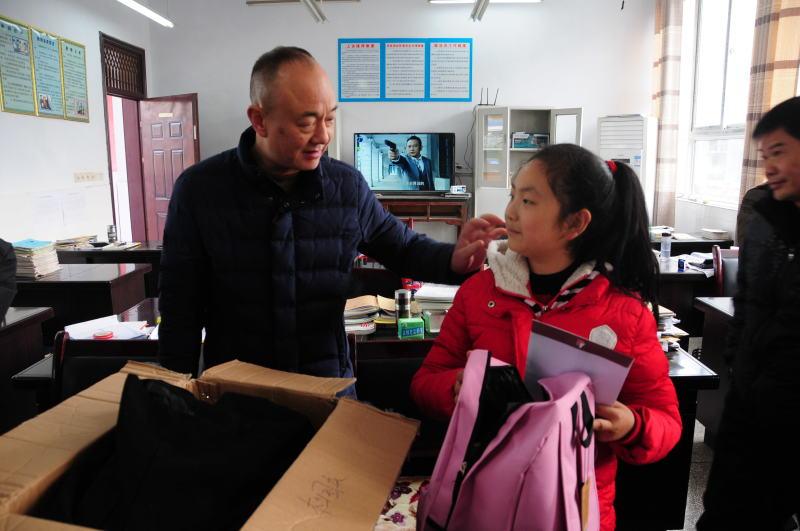 工作队为三宝村2组贫困户杜光生的孙女儿(杜国庆)送去1500元救助金及慰问品